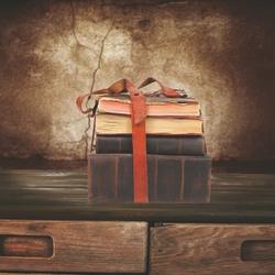 - Kemere Sarılı Kitaplar Kanvas Tablo